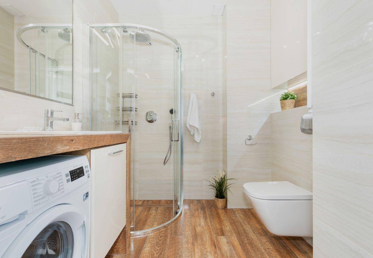 łazienka, prysznic, umywalka, toaleta, lustro, pralka, ręczniki, wynajem, mieszkanie, wnętrze