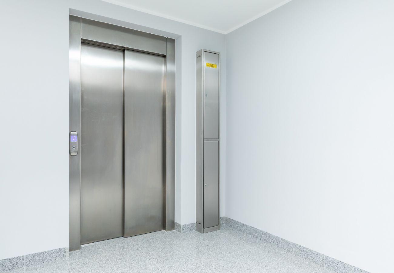 wnętrze, mieszkanie, apartamentowiec, apartamentowiec wnętrze, korytarz, wynajem, winda