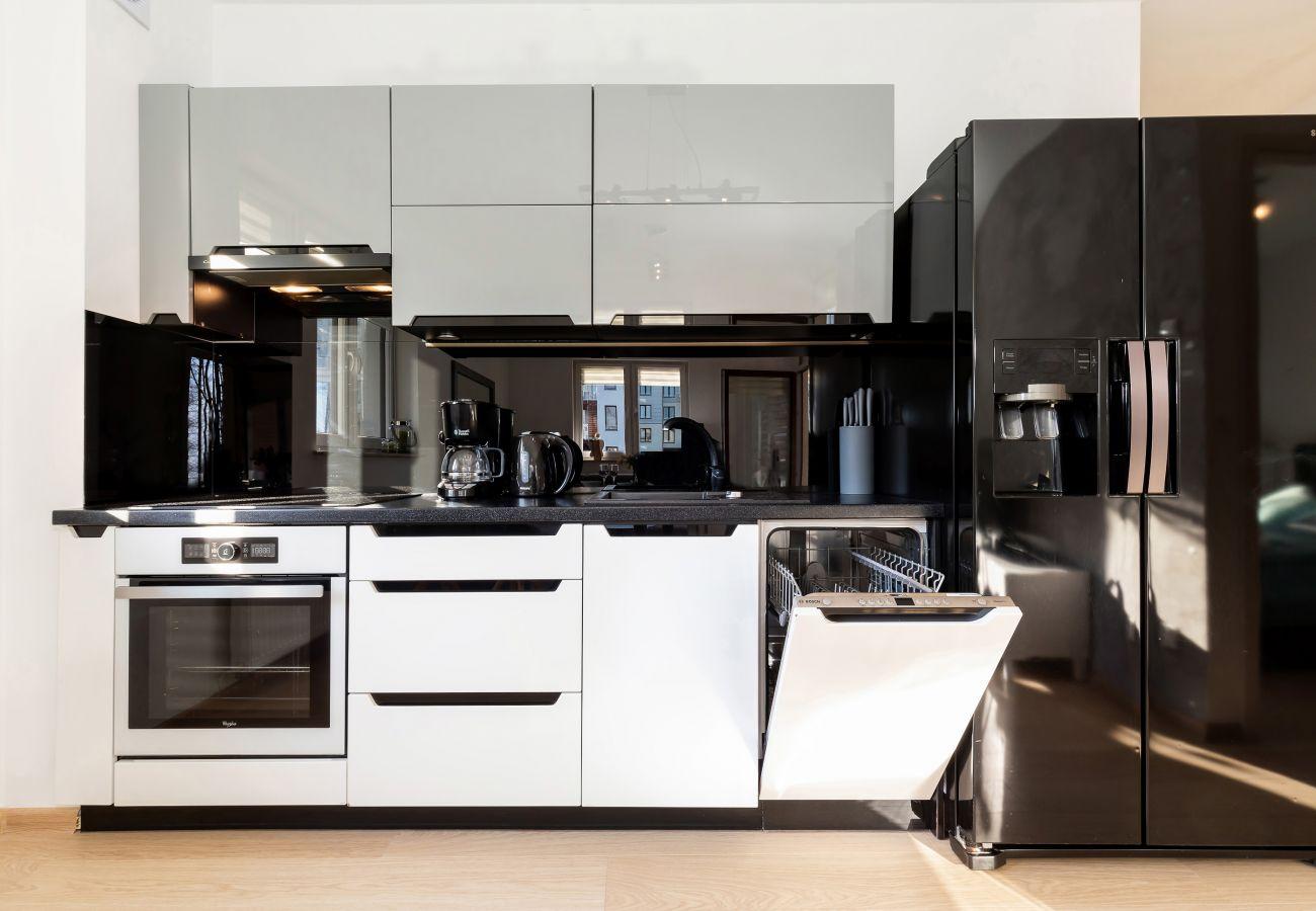 kuchnia, aneks kuchenny, jadalnia, czajnik, ekspres do kawy, toster, piekarnik, kuchenka, lodówka, zmywarka do naczyń, szafki, mieszkanie, wnętrze, wy