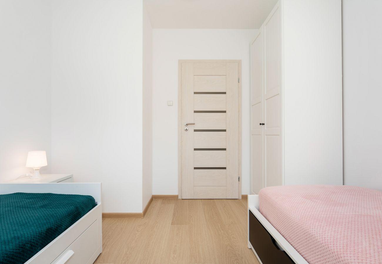 sypialnia, łóżka pojedyncze, szafka nocna, lampka nocna, szafa, poduszki, pościel, mieszkanie, wnętrze, wynajem
