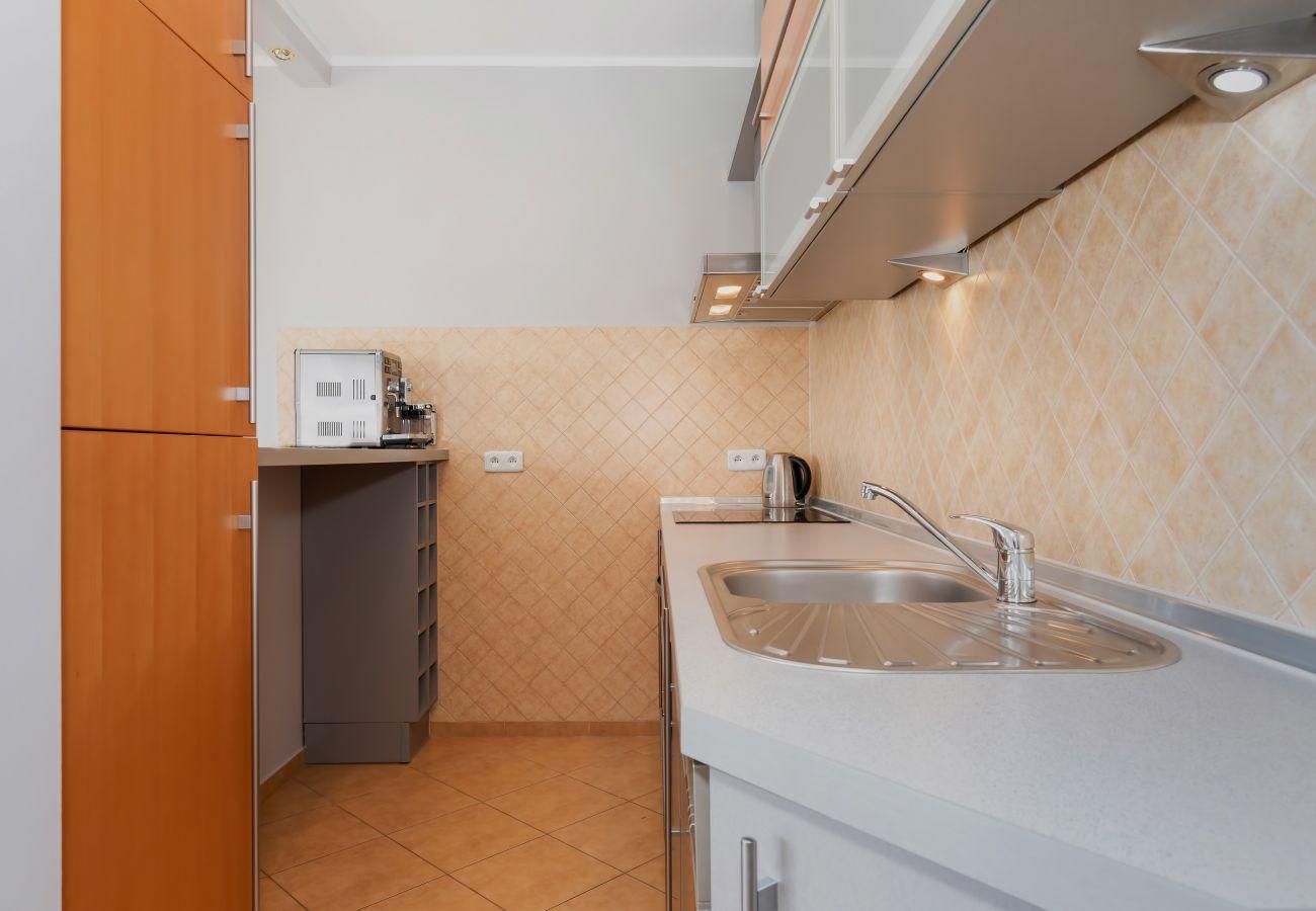 kuchnia, aneks kuchenny, kuchenka, piekarnik, lodówka z zamrażarką, czajnik, zmywarka do naczyń, ekspres do kawy, toster, szafki, mieszkanie, wnętrze,
