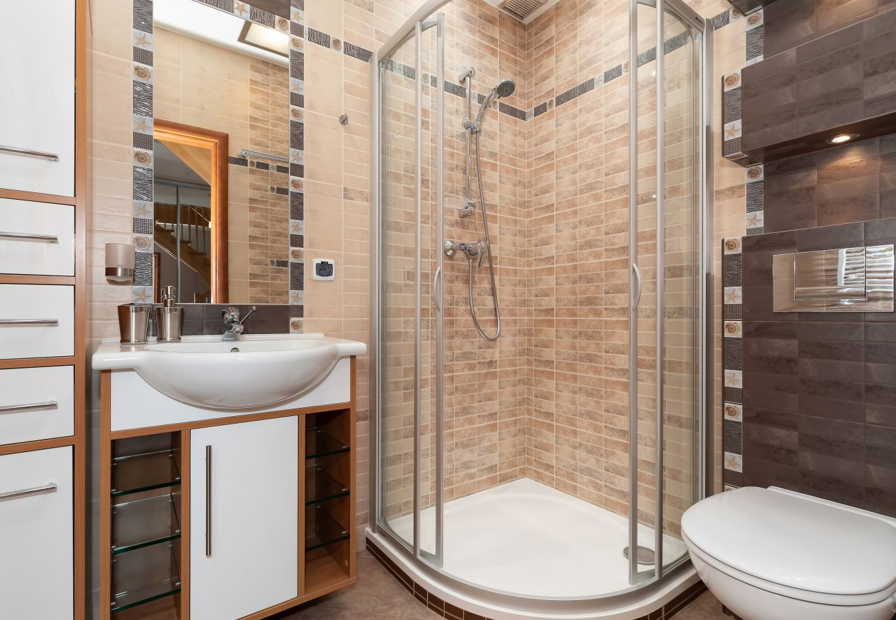 łazienka, prysznic, umywalka, toaleta, lustro, mieszkanie, wnętrze, wynajem, ręczniki