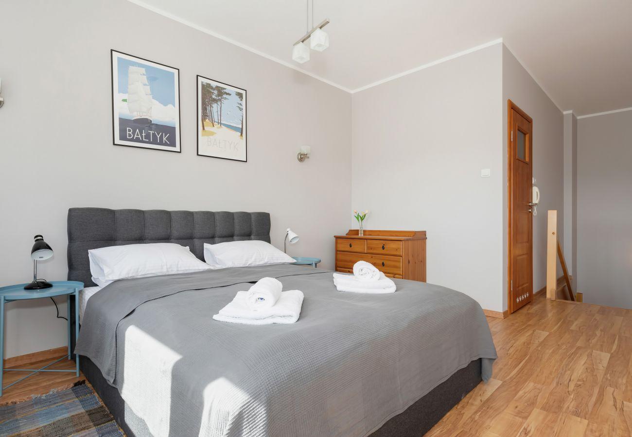 sypialnia, łóżko podwójne, łóżka pojedyncze, fotele, szafa, szafka nocna, lampka nocna, pościel, poduszki, mieszkanie, wnętrze, wynajem