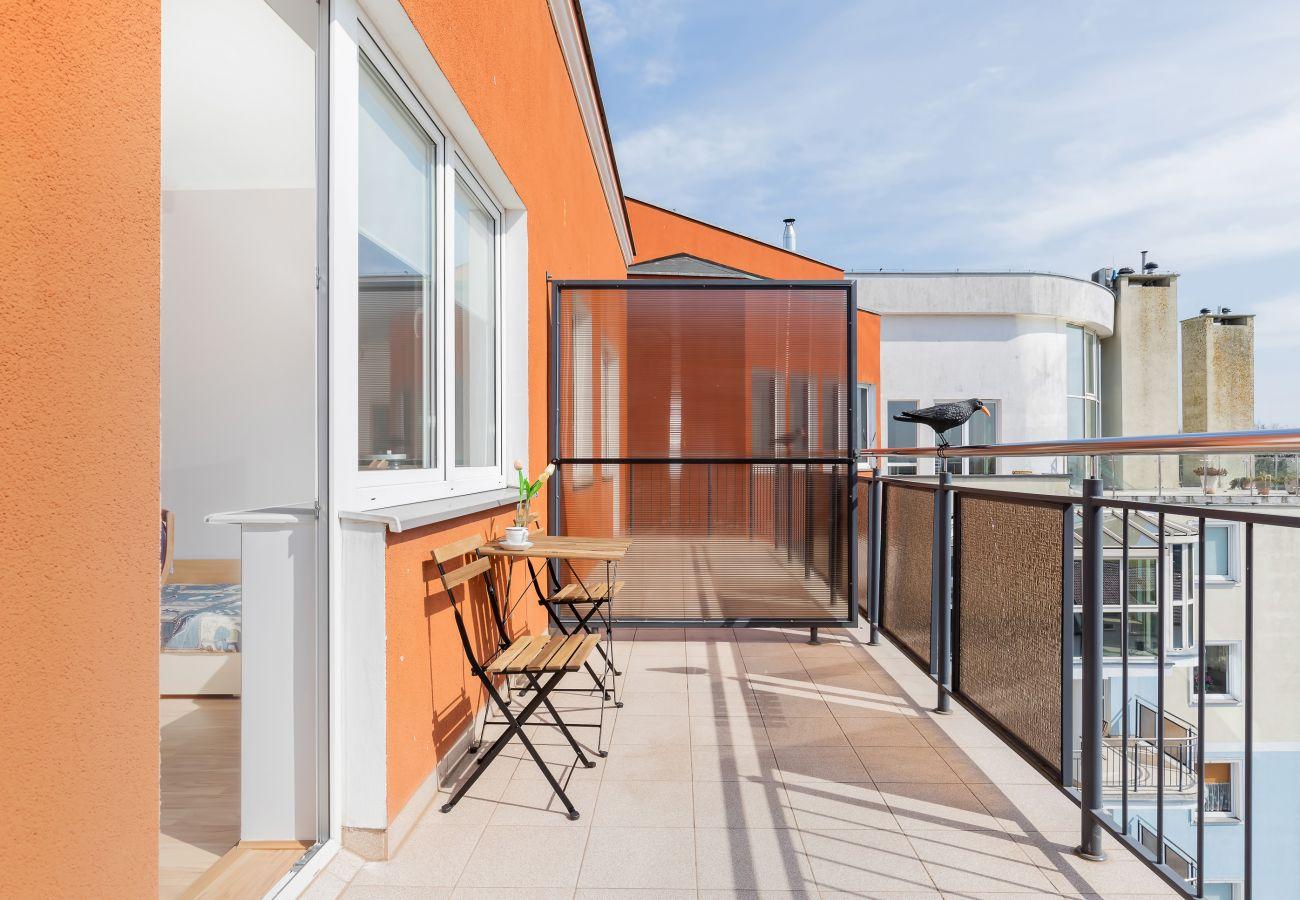 balkon, widok z balkonu, widok z mieszkania, krzesła, stół, balustrada, widok na miasto, apartament, widok z zewnątrz, wynajem