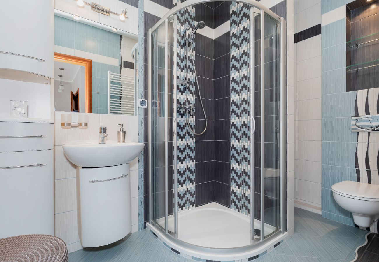 łazienka, prysznic, umywalka, toaleta, lustro, mieszkanie, wnętrze, wynajem, ręczniki, pralka