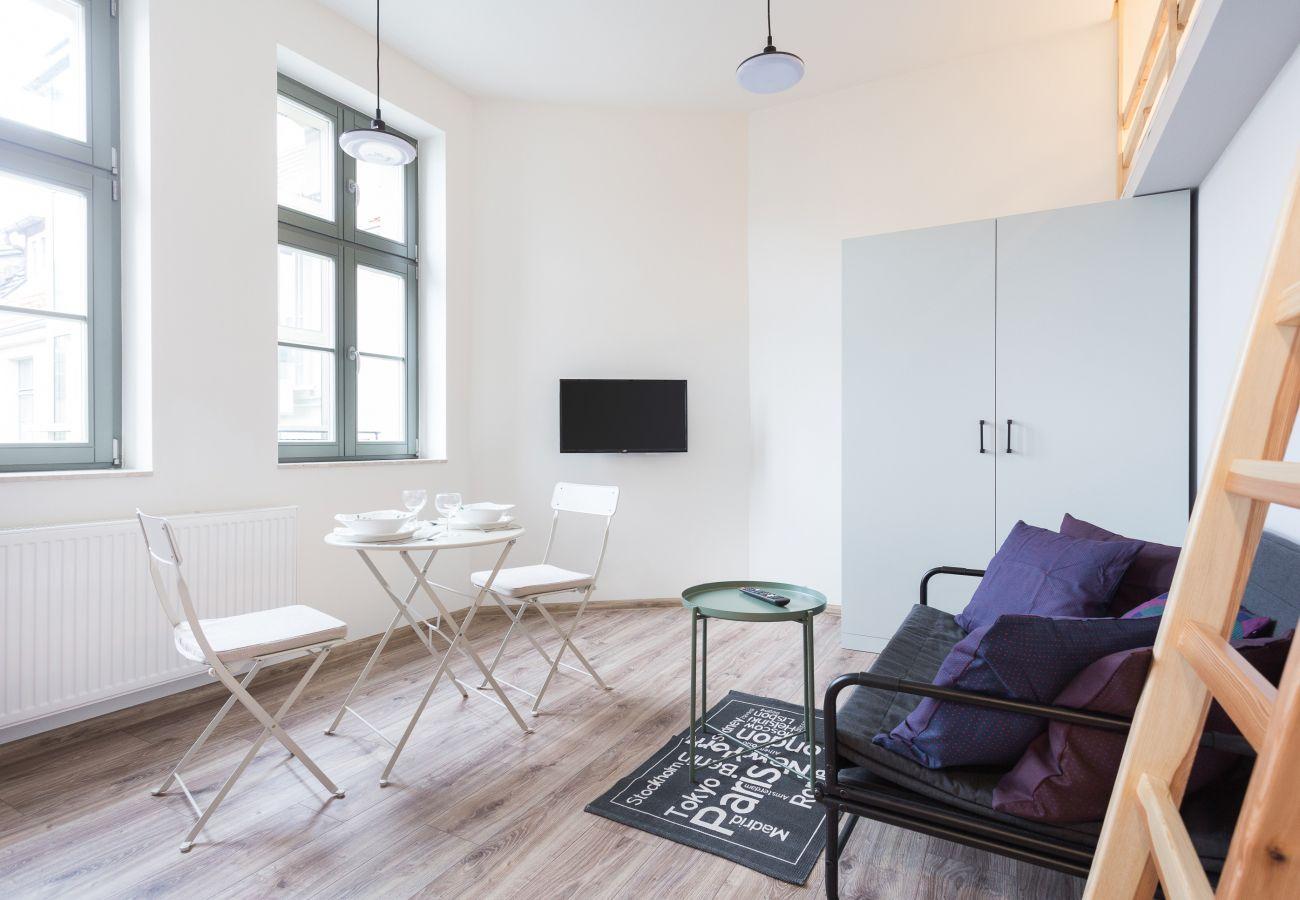 salon, sofa, telewizor, szafa, antresola, jadalnia, stół, krzesła, aneks kuchenny, apartament, wnętrze, wynajem