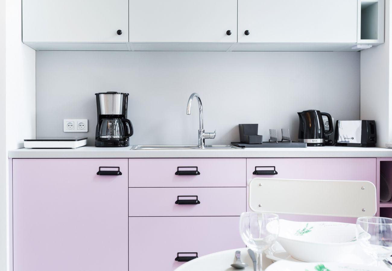 kuchnia, aneks kuchenny, czajnik, toster, płyta indukcyjna, lodówka, ekspres do kawy, jadalnia, stół, krzesła, mieszkanie, wnętrze, wynajem