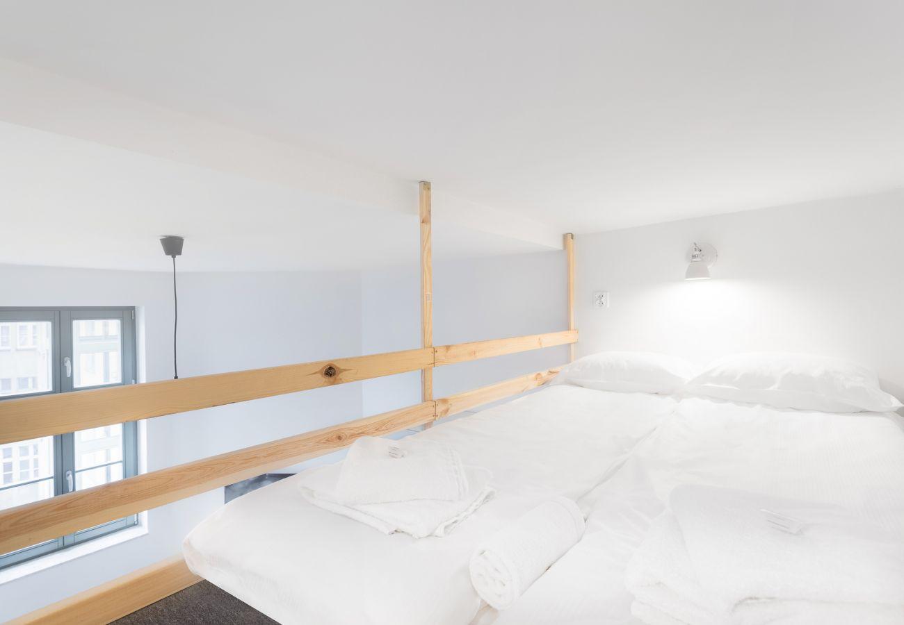 sypialnia, podwójne łóżko, pościel, poduszki, mieszkanie, wnętrze, wynajem