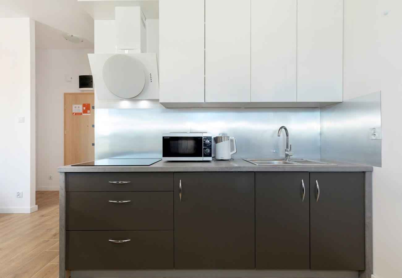 kuchnia, aneks kuchenny, jadalnia, stół, krzesła, czajnik, kuchenka, ekspres do kawy, toster, kuchenka mikrofalowa, lodówka, szafki, mieszkanie, wnętr