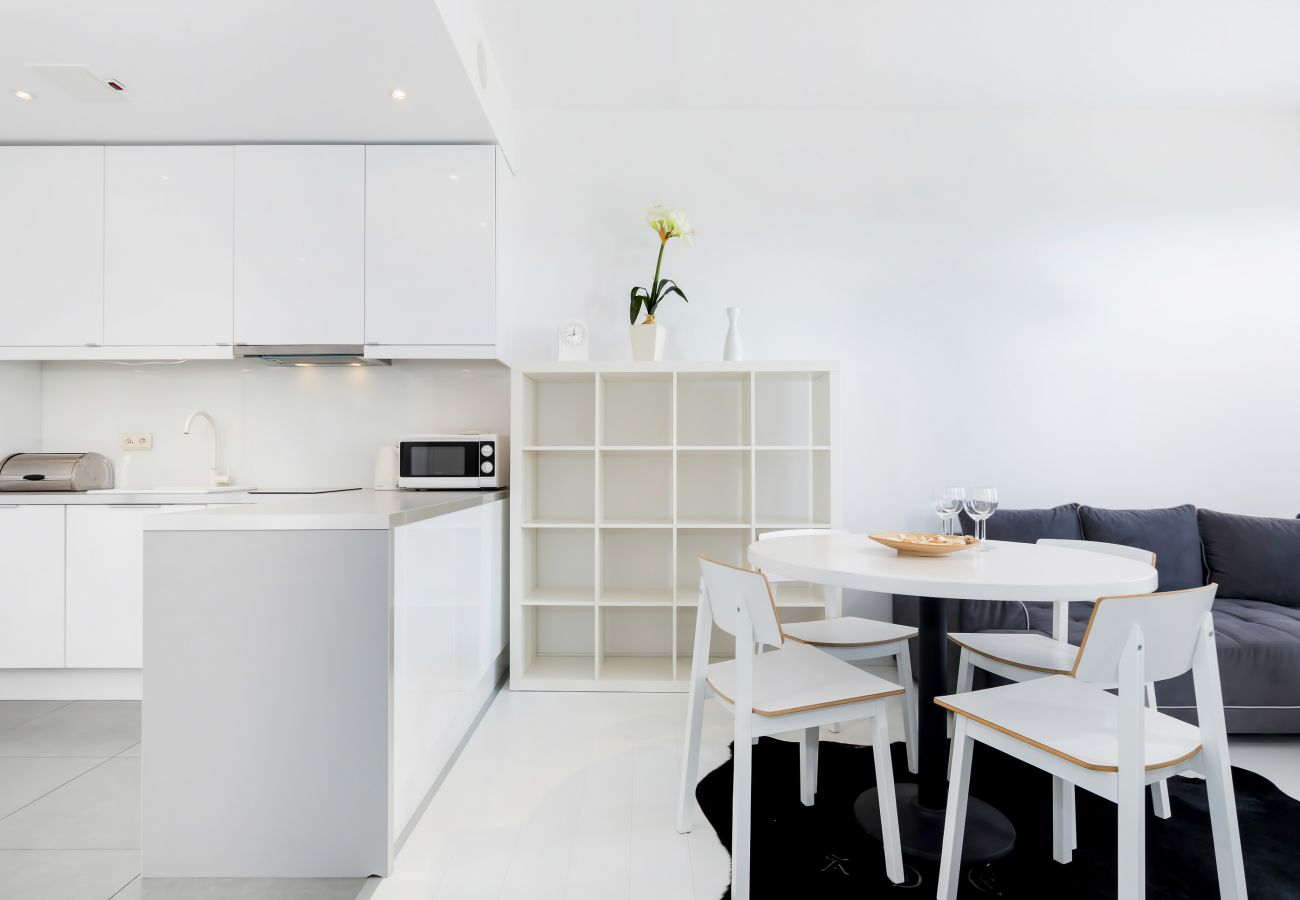jadalnia, stół, krzesła, aneks kuchenny, salon, apartament, wnętrze, wynajem
