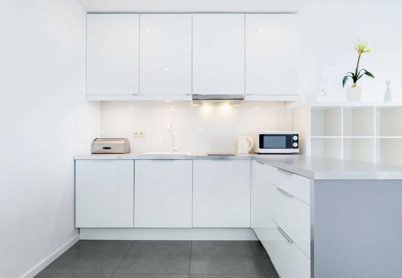 kuchnia, aneks kuchenny, jadalnia, kuchenka, piekarnik, zmywarka do naczyń, czajnik, mikrofalówka, lodówka z zamrażarką, toster, szafki, mieszkanie, w