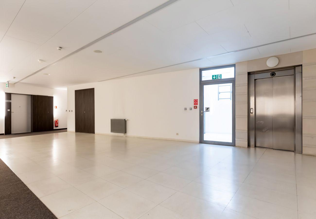 wnętrze, apartament, apartamentowiec, apartamentowiec wnętrze, winda, korytarz, wynajem
