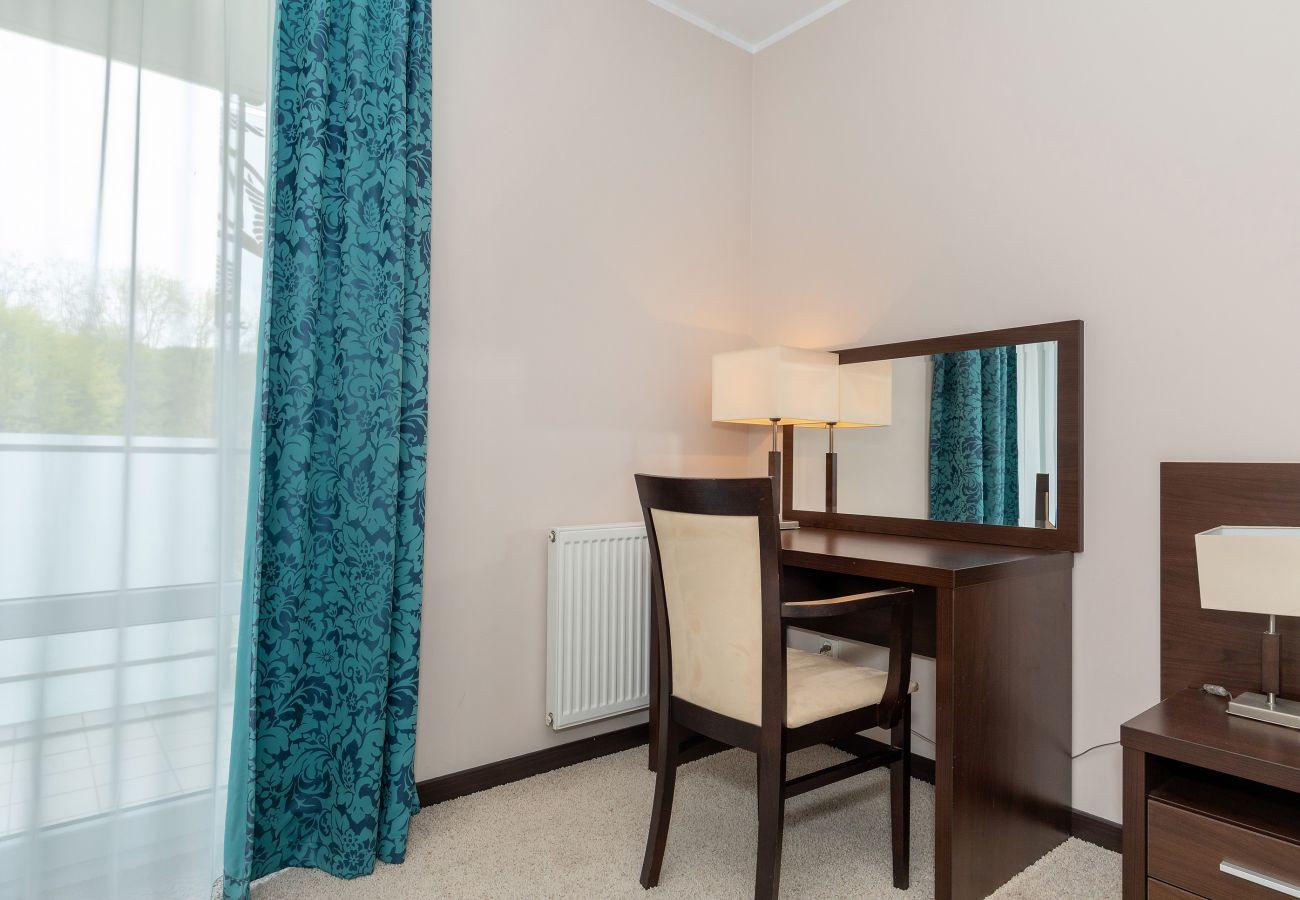 sypialnia, szafa, biurko, lustro, krzesła, szafka nocna, lampka nocna, łóżko podwójne, pościel, poduszki, mieszkanie, wnętrze, wynajem