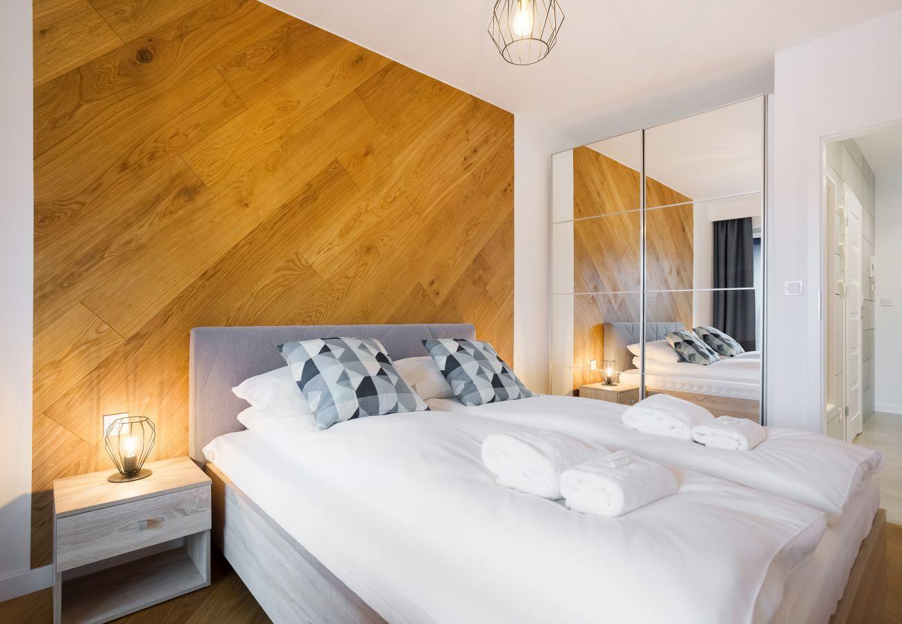 sypialnia, łóżko podwójne, szafka nocna, lampka nocna, biurko, krzesło, szafa, lustro, pościel, poduszki, mieszkanie, wnętrze, wynajem