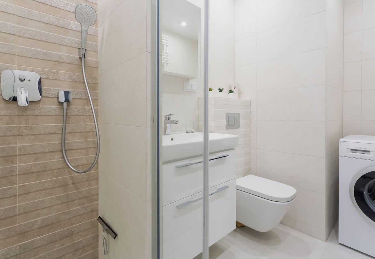 łazienka, prysznic, umywalka, toaleta, szafka łazienkowa, pralka, ręczniki, mieszkanie, wnętrze, wynajem