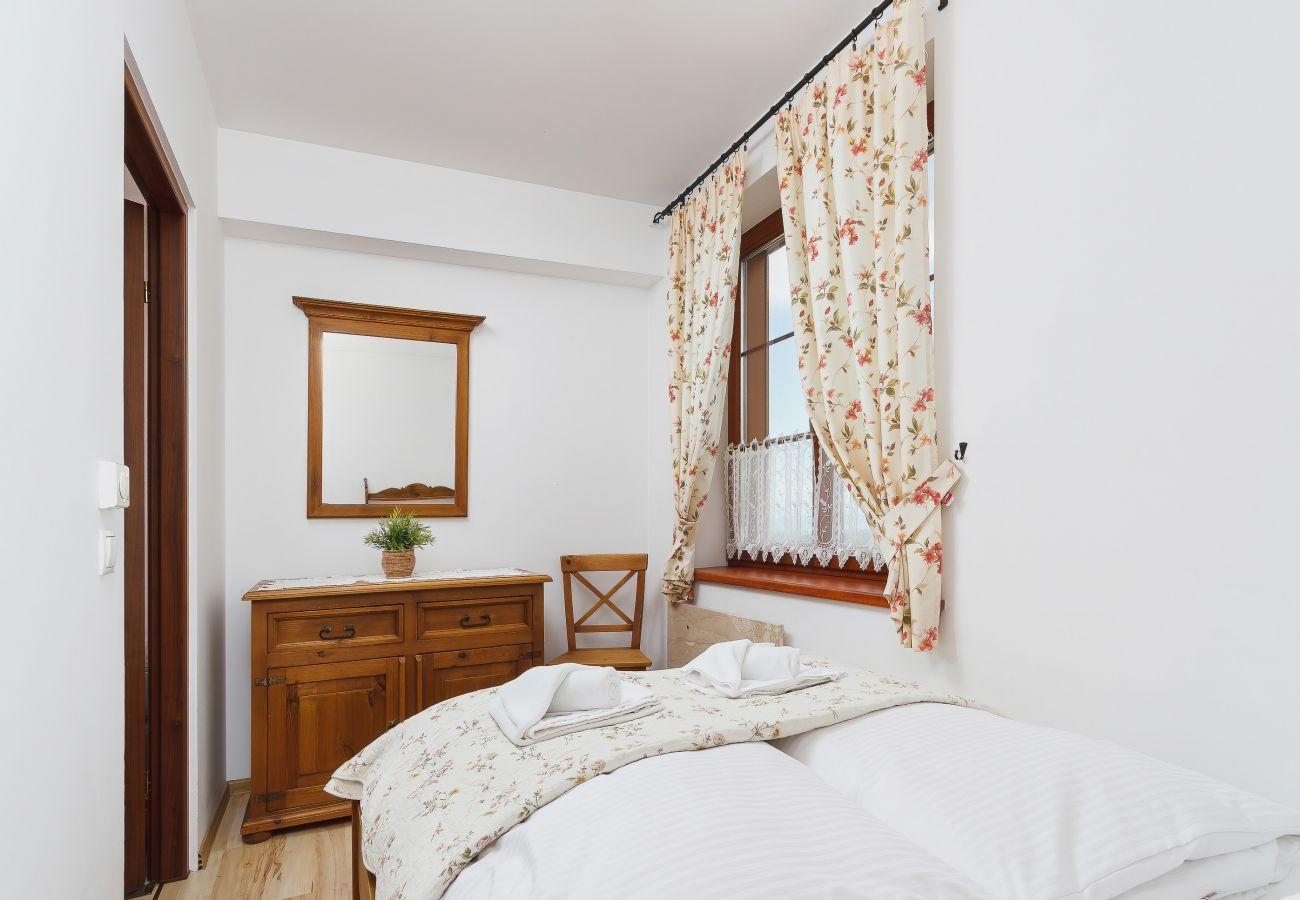 sypialnia, podwójne łóżko, komoda, pościel, poduszki, mieszkanie, wnętrze, wynajem