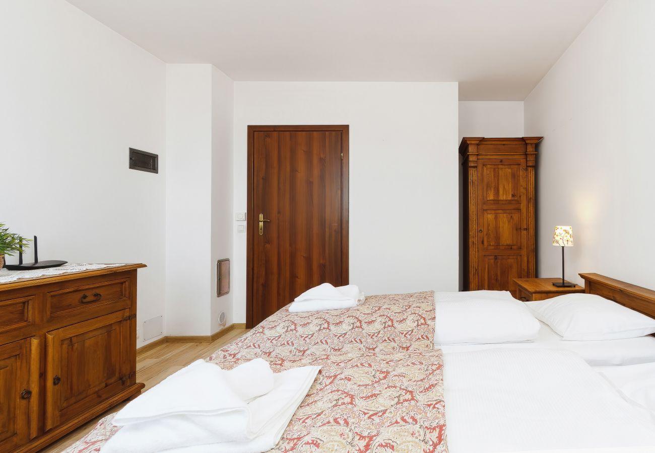 sypialnia, łóżka pojedyncze, szafka nocna, lampka nocna, szafa, pościel, poduszki, mieszkanie, wnętrze, wynajem