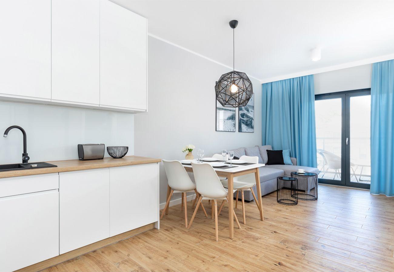 salon, sofa, stolik kawowy, jadalnia, stół, krzesła, aneks kuchenny, telewizor, mieszkanie, wnętrze, wynajem