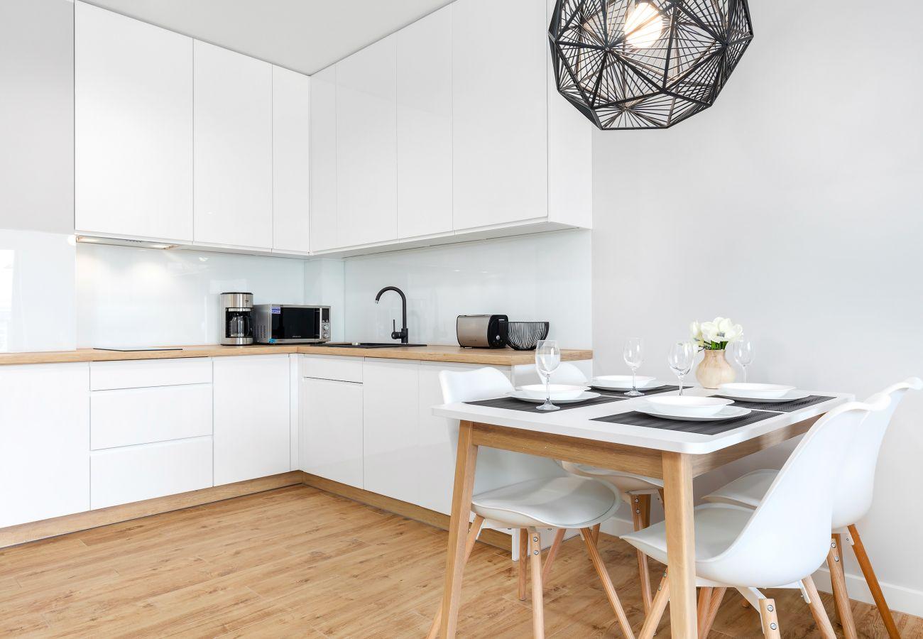 kuchnia, aneks kuchenny, jadalnia, stół, krzesła, czajnik, ekspres do kawy, toster, mikrofalówka, zmywarka, lodówka z zamrażarką, szafki, mieszkanie,