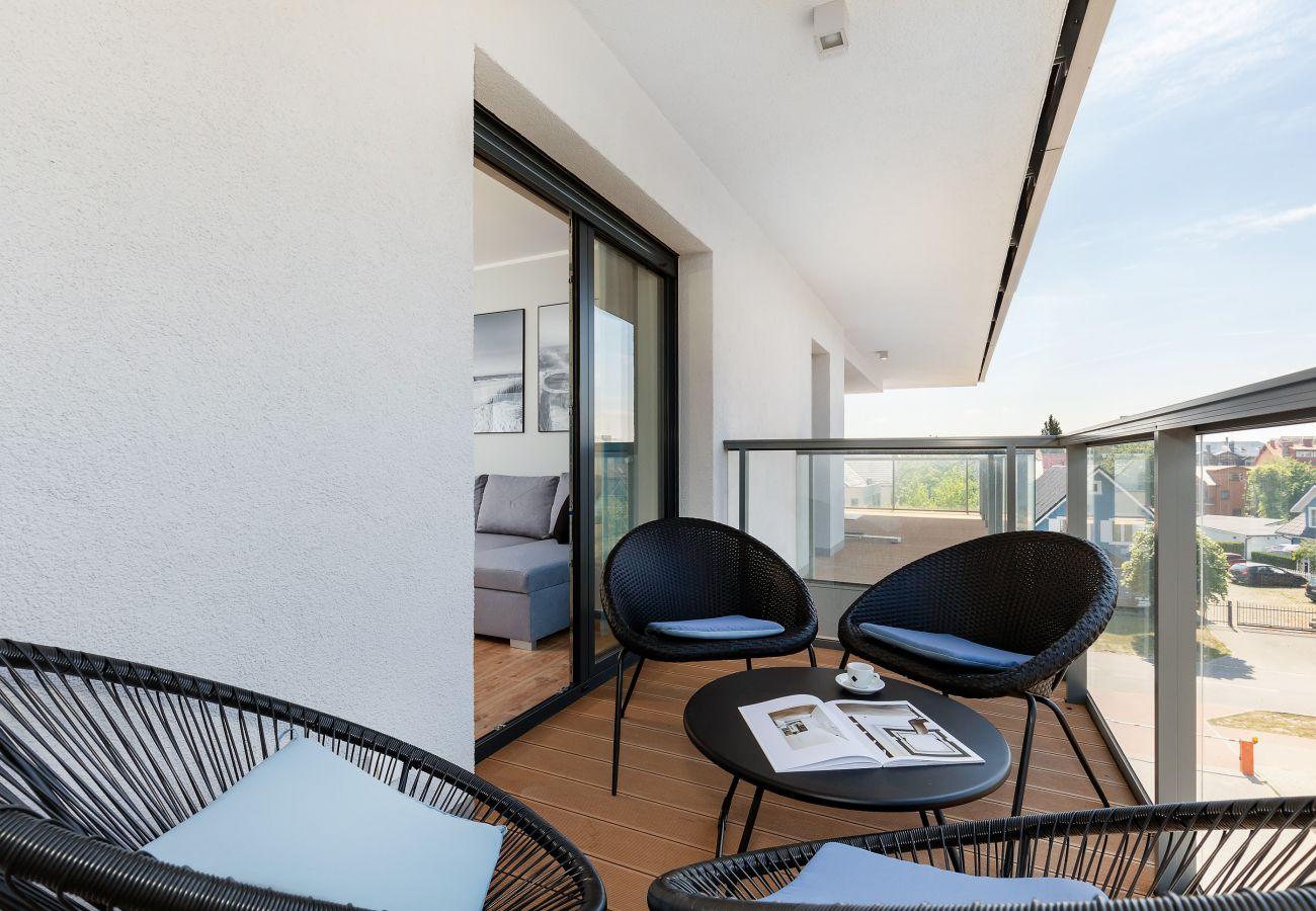 balkon, widok, widok z balkonu, morze, widok z mieszkania, widok na morze, krzesła, stół, mieszkanie, na zewnątrz, wynajem