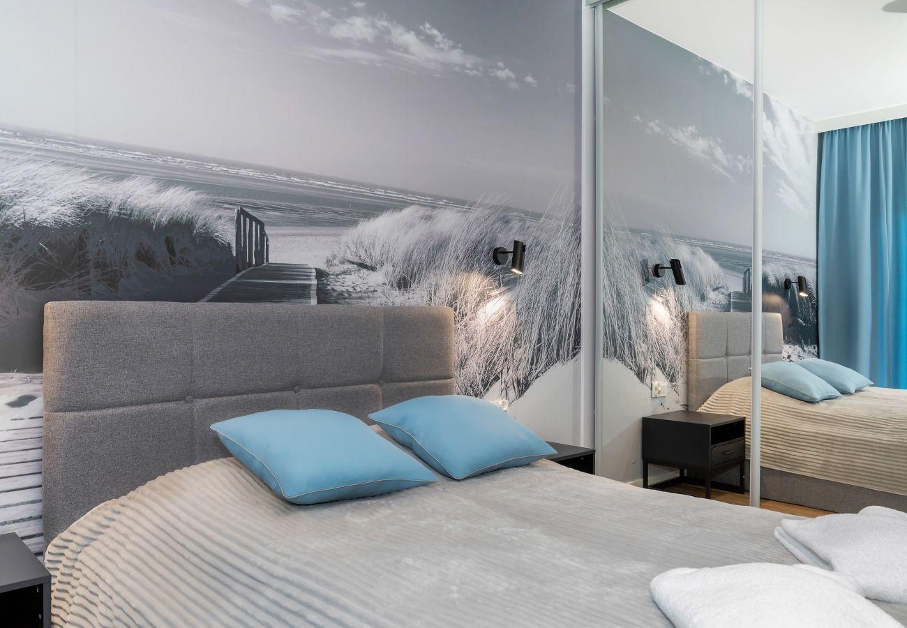 sypialnia, podwójne łóżko, szafka nocna, szafa, lustro, pościel, poduszki, mieszkanie, wnętrze, wynajem