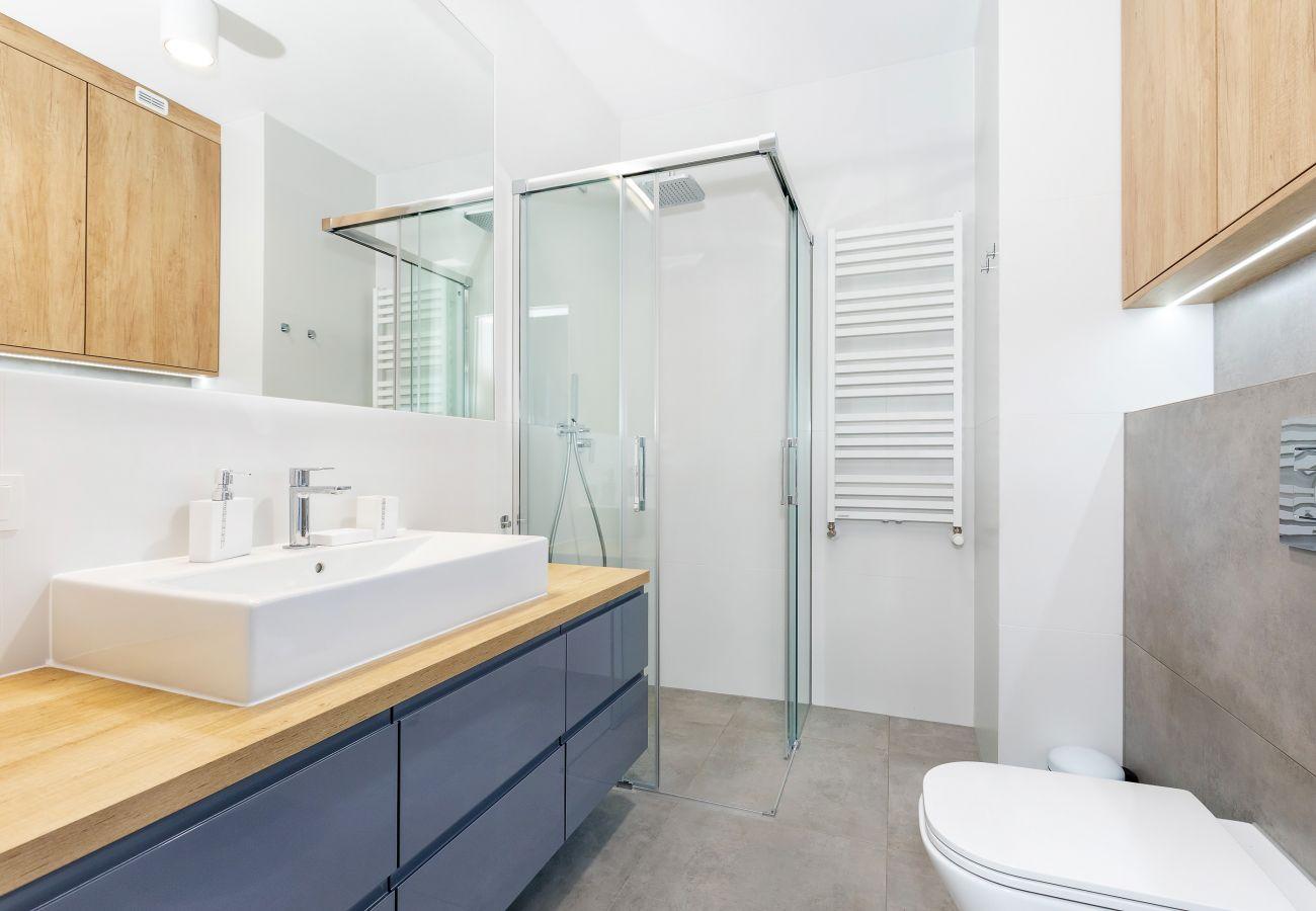 łazienka, prysznic, umywalka, toaleta, lustro, ręczniki, mieszkanie, wnętrze, wynajem
