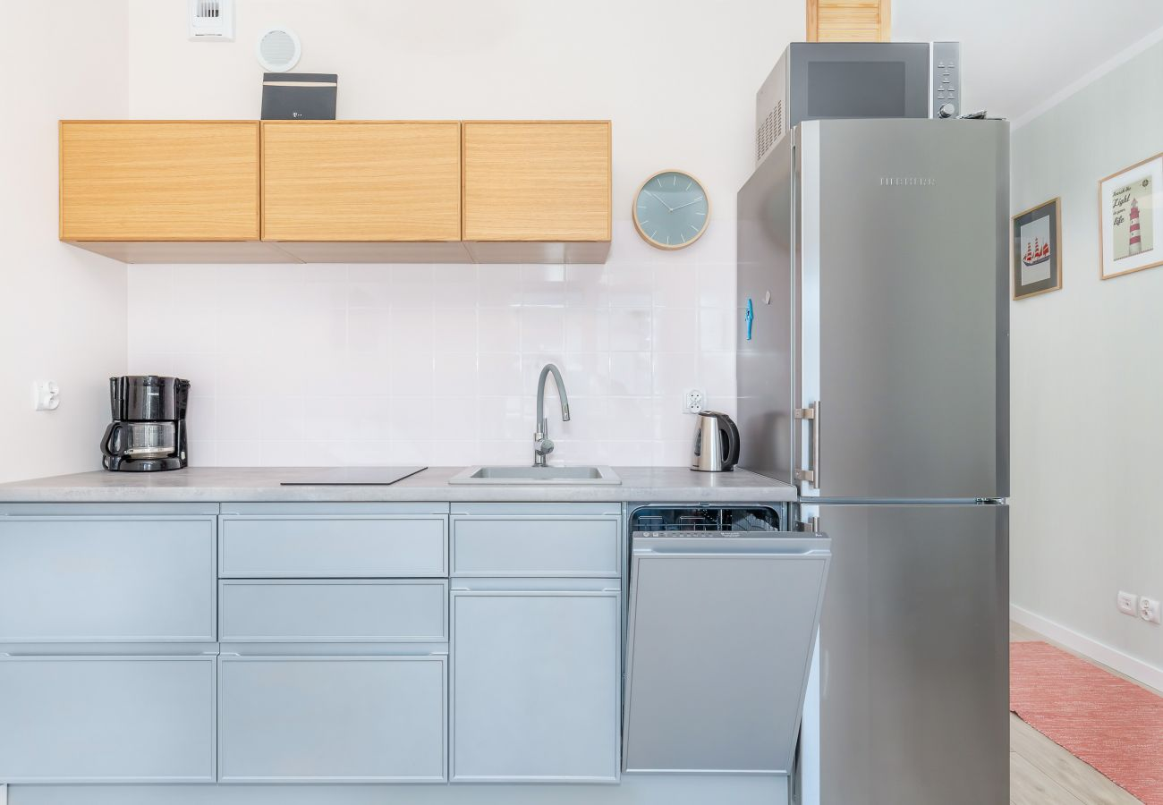 kuchnia, aneks kuchenny, jadalnia, stół, krzesła, kuchenka, czajnik, ekspres do kawy, zmywarka, lodówka z zamrażarką, szafki, mieszkanie, wnętrze, wyn
