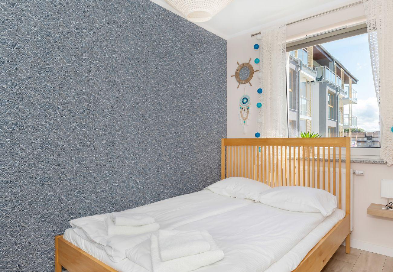 sypialnia, podwójne łóżko, szafka nocna, lampka nocna, pościel, poduszki, mieszkanie, wnętrze, wynajem