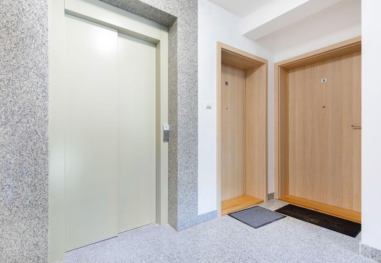 wnętrze, apartament, apartamentowiec, apartamentowiec wnętrze, wynajem, korytarz, winda