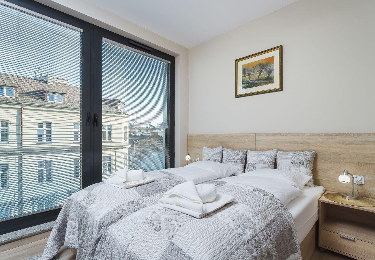 sypialnia, łóżko podwójne, telewizor, szafka nocna, lampka nocna, szafa, lustro, pościel, poduszki, mieszkanie, wnętrze, wynajem
