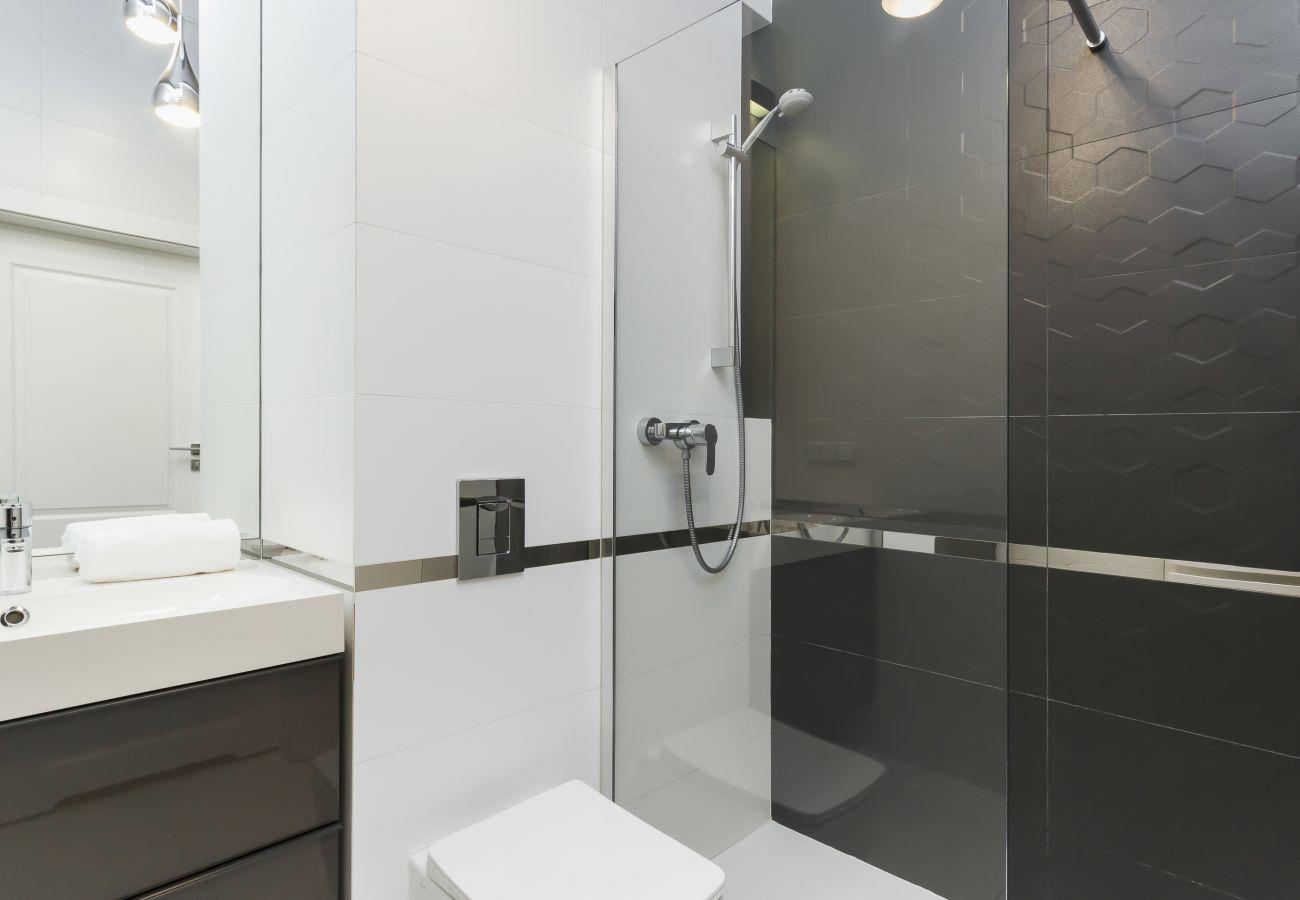 apartament, łazienka, wynajem, toaleta, prysznic, ręcznik