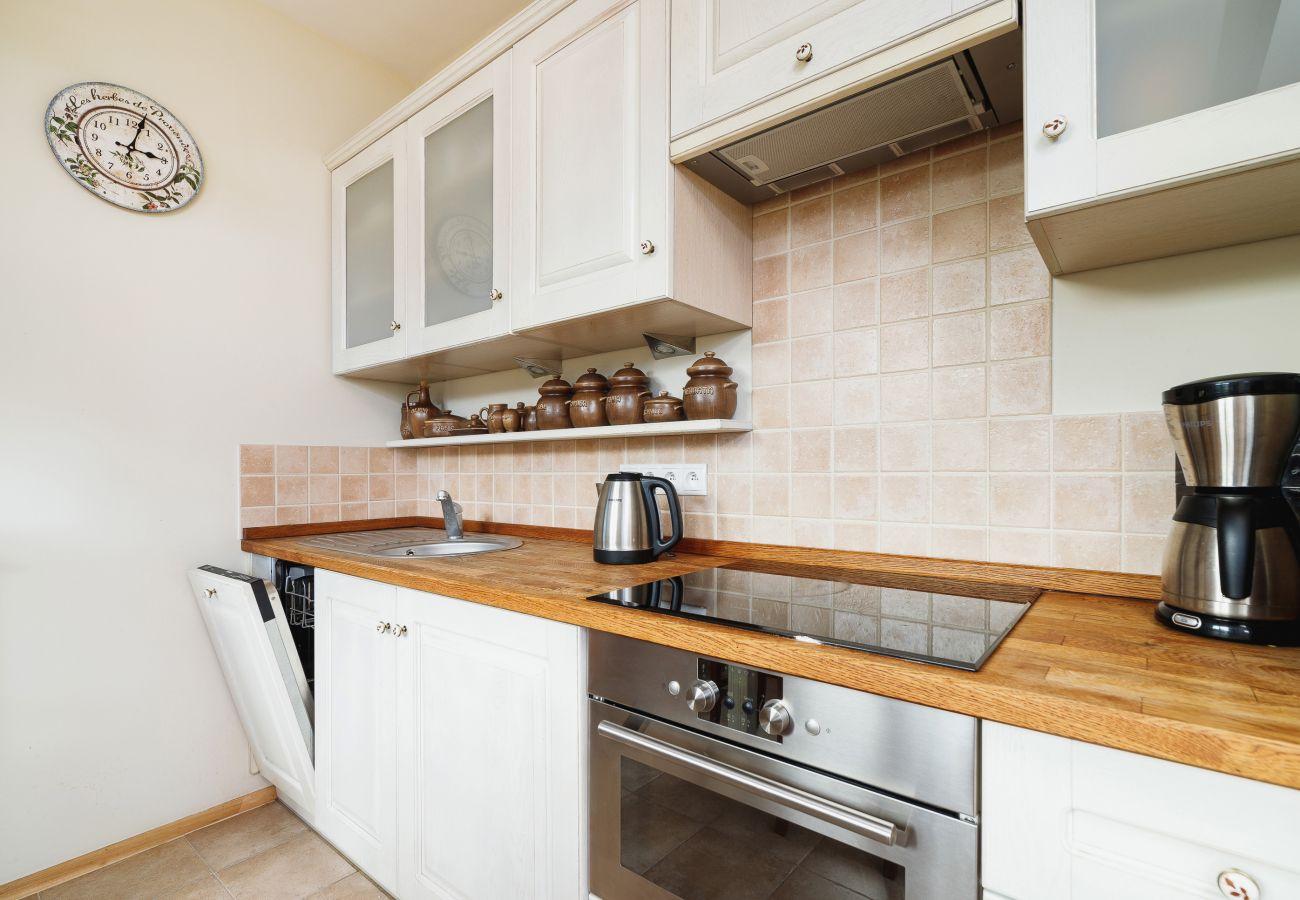 apartament, wynajem, kuchnia, stół, krzesło, Osada, Gubałówka, Zakopane, góry