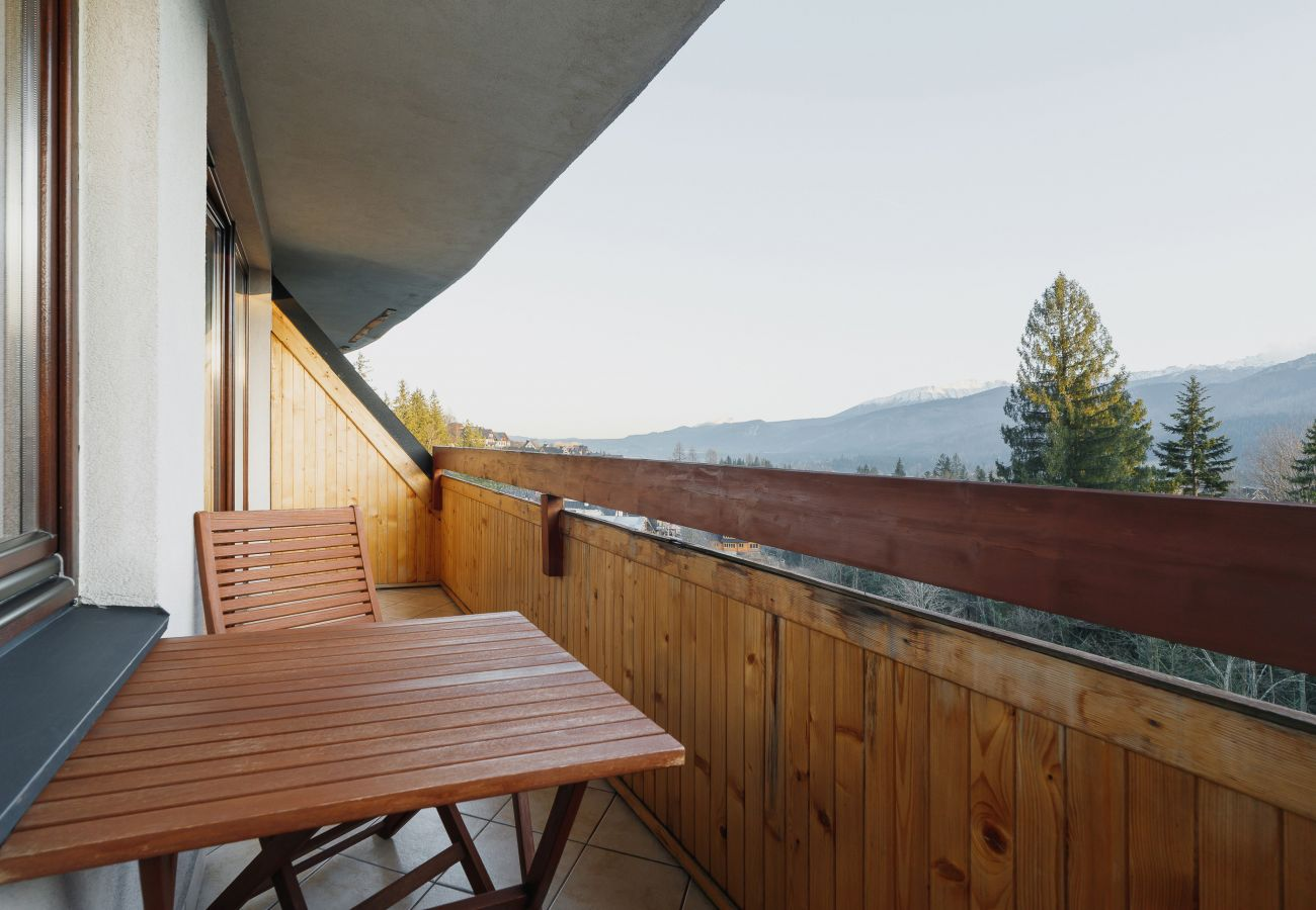 balkon, widok, widok z balkonu, widok na góry, widok z mieszkania, na zewnątrz, krzesła, stół, mieszkanie, wynajem