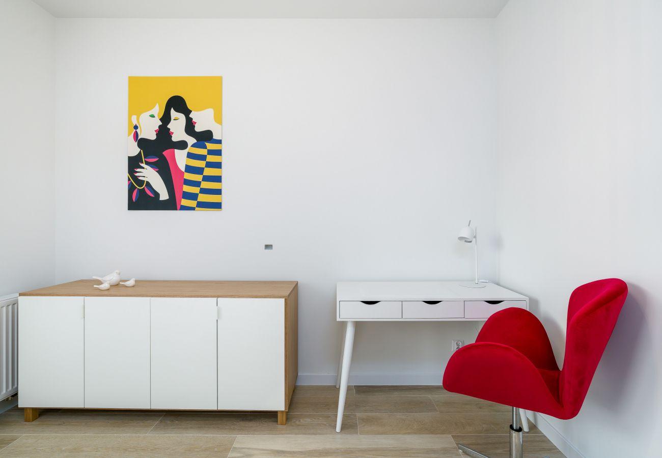 sypialnia, podwójna sofa rozkładana, komoda, szafa, pościel, poduszki, biurko, krzesło, mieszkanie, wnętrze, wynajem