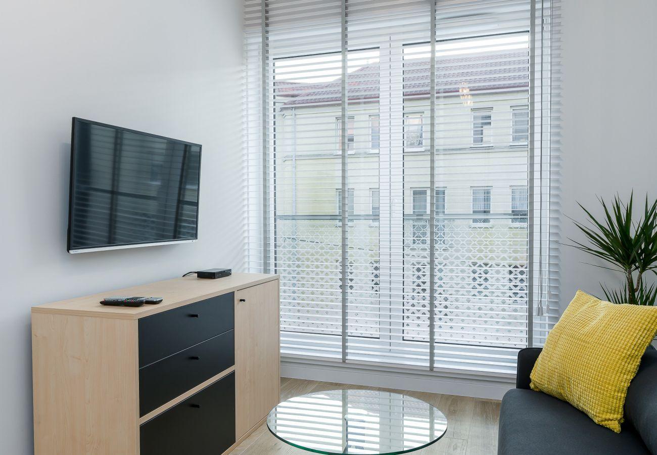 salon, sofa, stolik kawowy, telewizor, szafa, biurko, krzesło, mieszkanie, wnętrze, wynajem