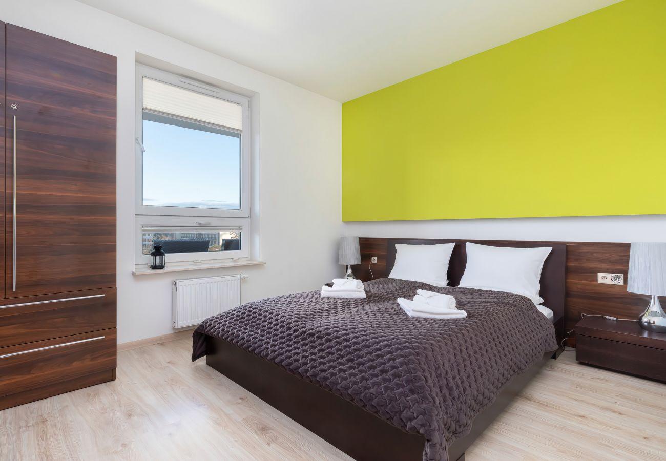sypialnia, podwójne łóżko, szafa, szafka nocna, lampka nocna, pościel, poduszki, mieszkanie, wnętrze, wynajem