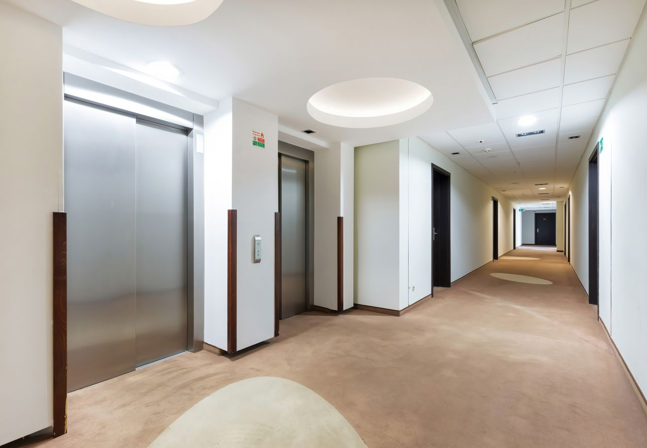 wnętrze, udogodnienia, budynek mieszkalny, wnętrze budynku mieszkalnego, korytarz, winda, kawiarnia, restauracja, przestrzeń do gry, wynajem