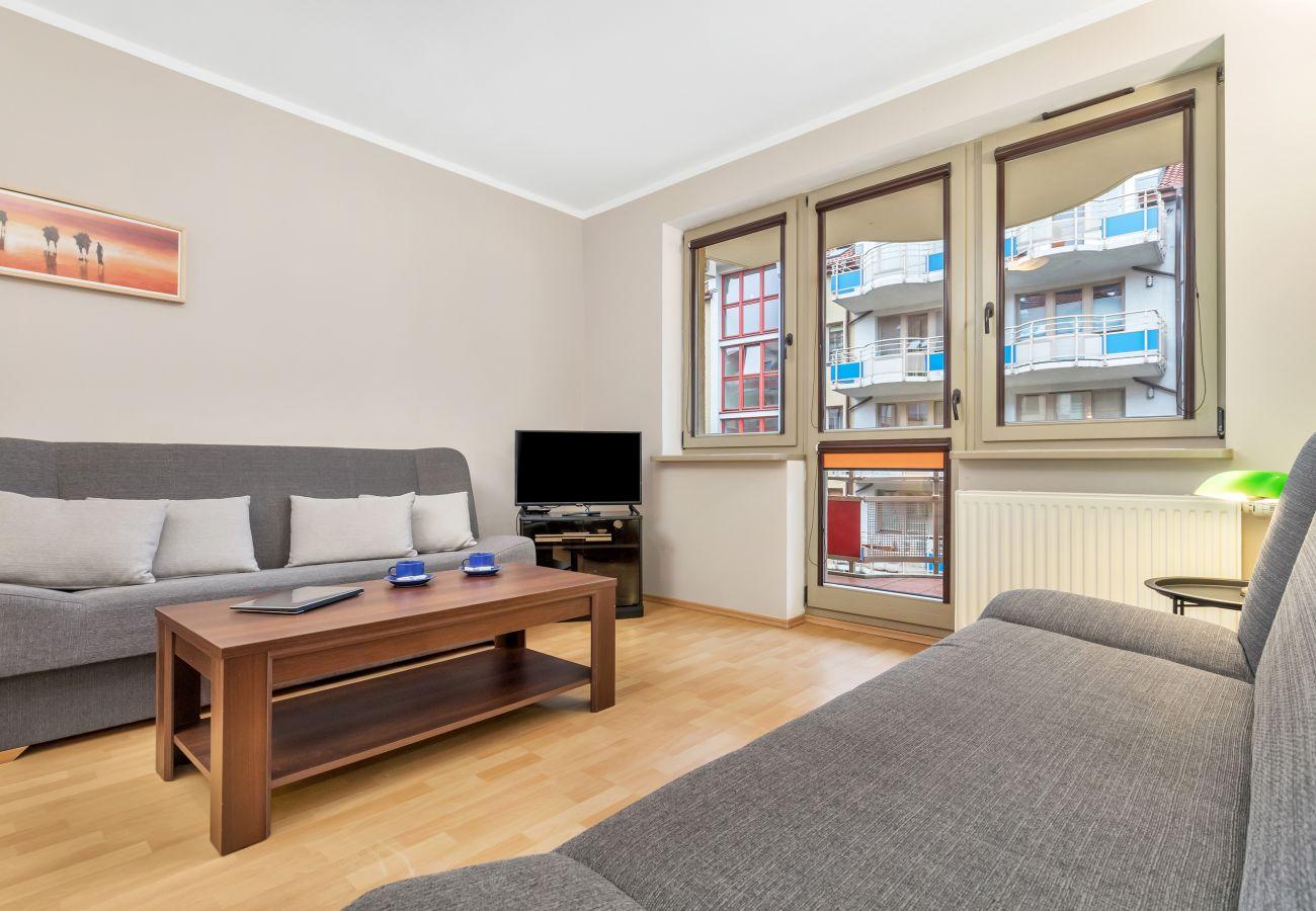 salon, rozkładana sofa, pościel, stolik kawowy, szafa, aneks kuchenny, jadalnia, stół, krzesła, studio, wnętrze, wynajem