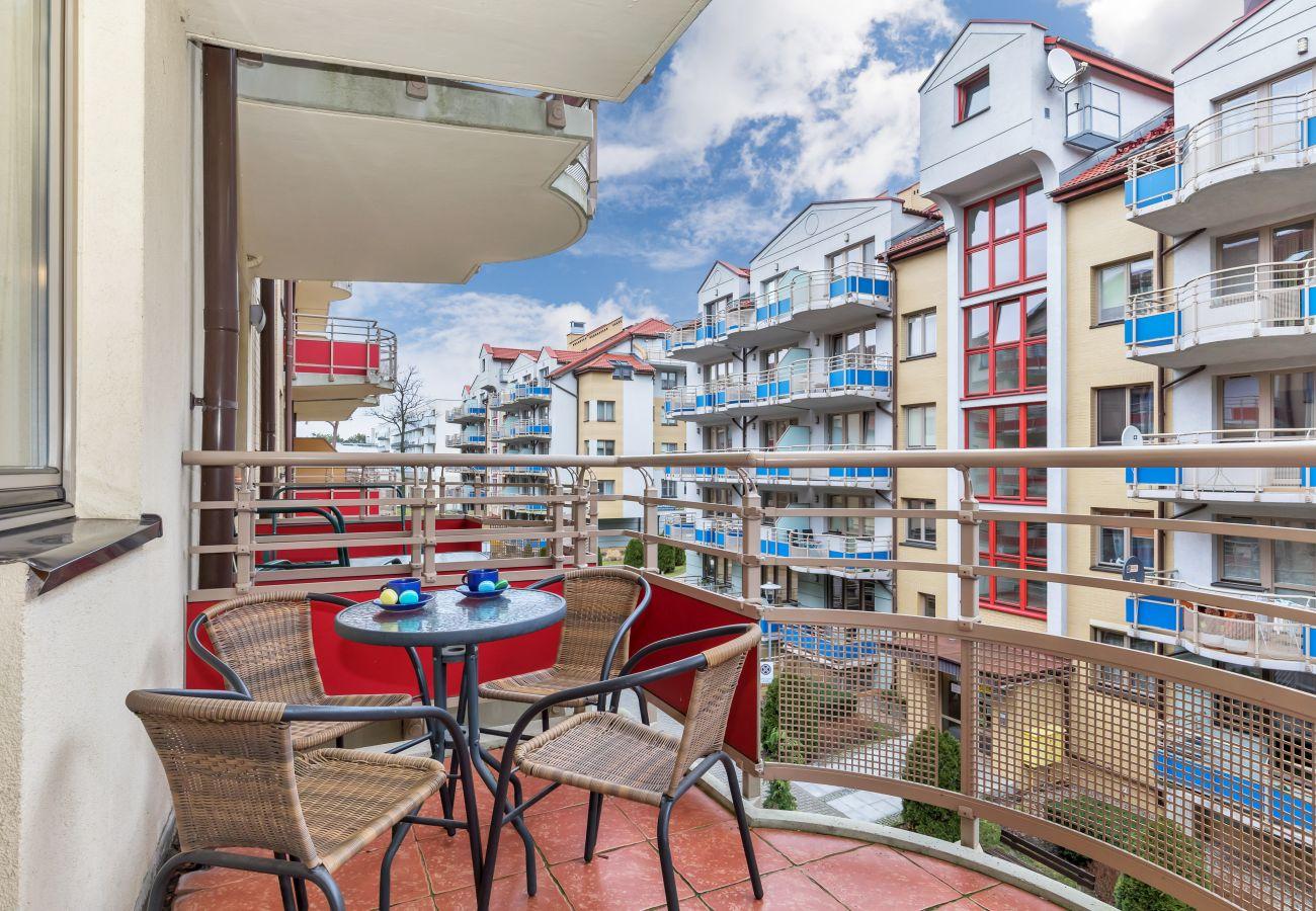 balkon, widok, widok z balkonu, widok z mieszkania, studio, na zewnątrz studio, krzesła, stół, wynajem