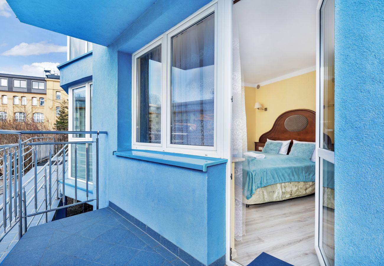 wynajem, apartament, Kołobrzeg, balkon, sofa, stół, krzesło, odpoczynek, wakacje