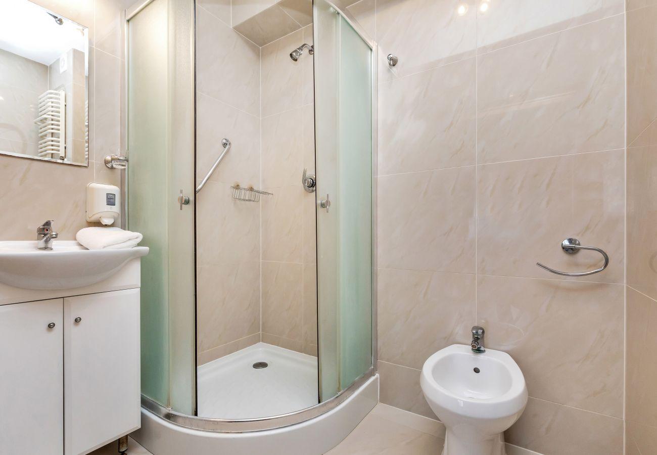 łazienka, prysznic, umywalka, toaleta, lustro, bidet, ręczniki, studio, wnętrze, wynajem