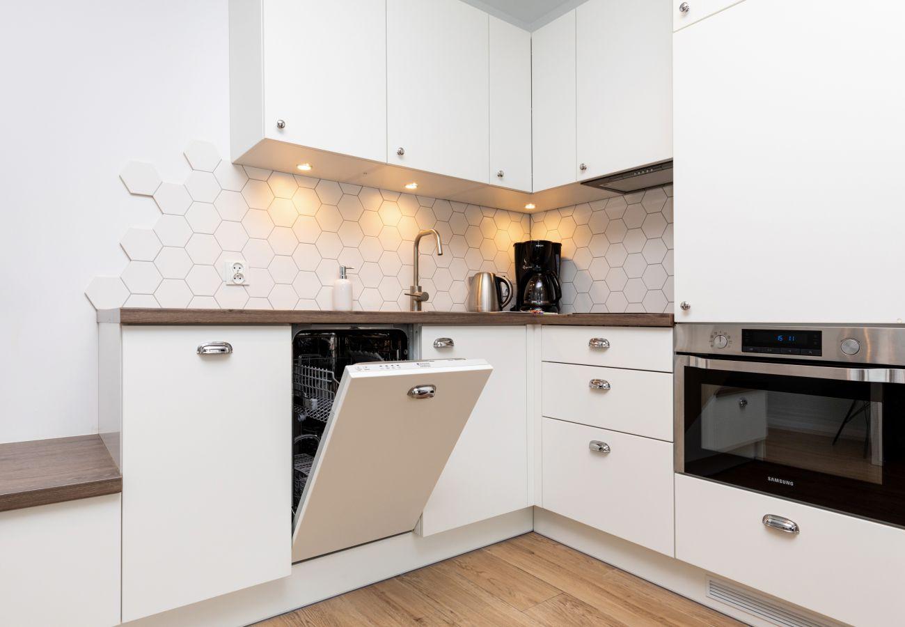 kuchnia, aneks kuchenny, jadalnia, stół, krzesła, czajnik, ekspres do kawy, zmywarka, mieszkanie, wnętrze, wyn