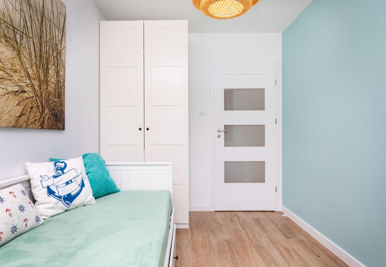 sypialnia, łóżko, szafka nocna, lampka nocna, pościel, poduszki, mieszkanie, wnętrze, wynajem