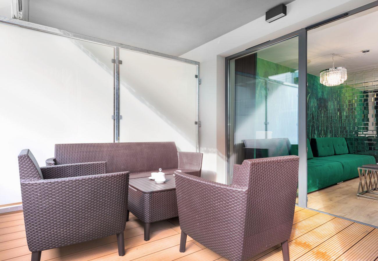 apartament, wynajem, taras, stół, krzesła, wnętrze, Nadmorskie Tarasy, glamour, odpoczynek, wakacje