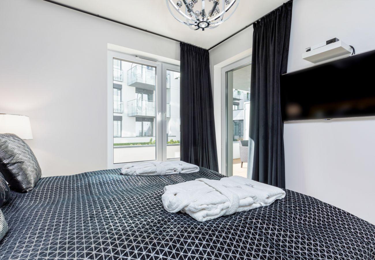 apartament, wynajem, sypialnia, łóżko king, pościel, szafa, TV, wnętrze, Nadmorskie Tarasy, glamour