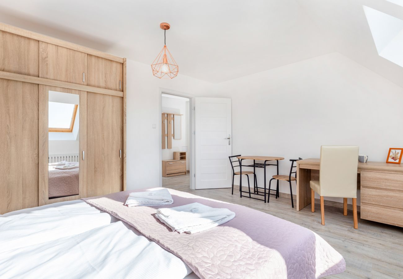 apartament, wynajem, sypialnia, łóżko pojedyncze, pościel, szafa