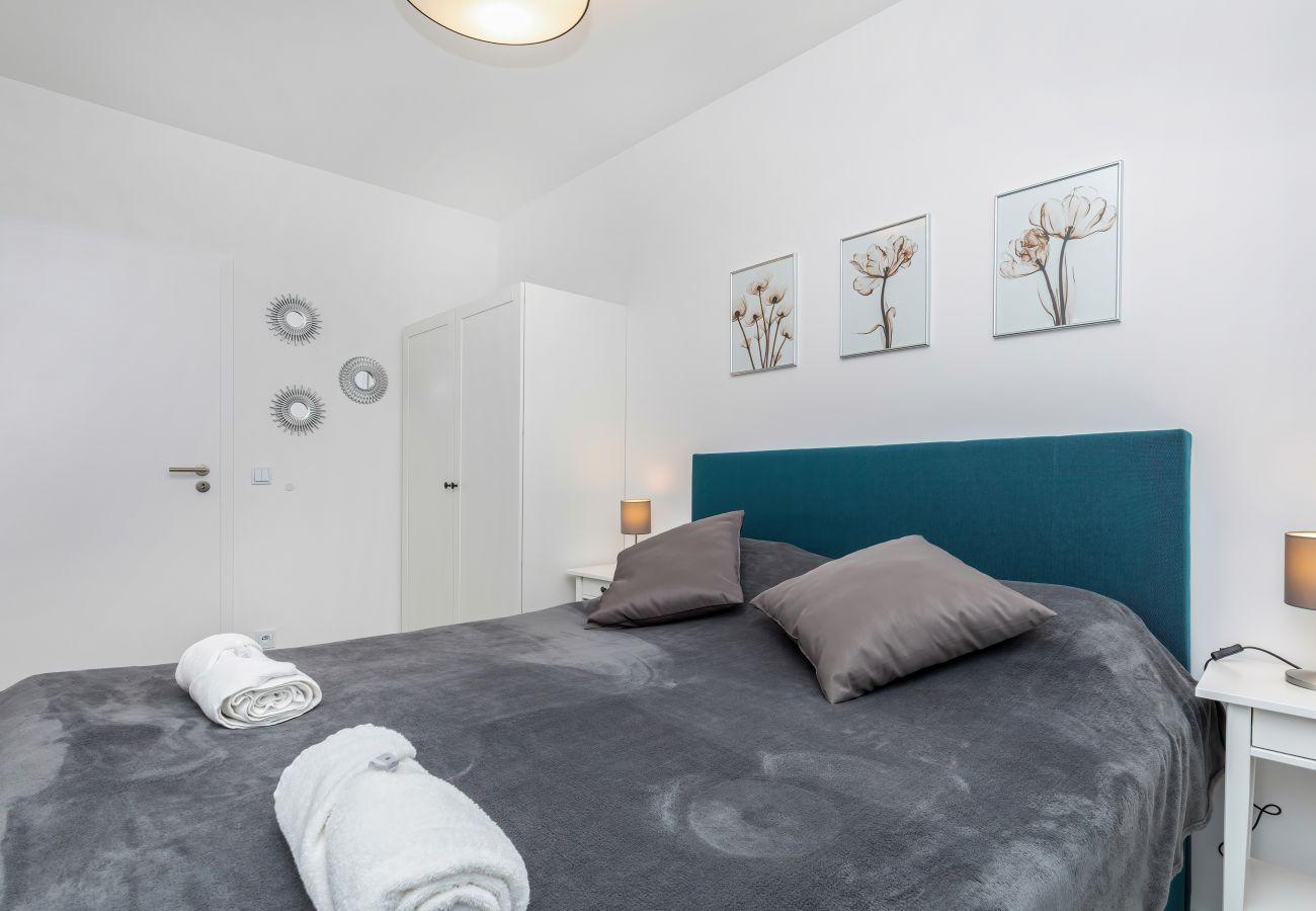 sypialnia, podwójne łóżko, szafka nocna, lampka nocna, pościel, poduszki, mieszkanie, wnętrze, wynajem, apartament
