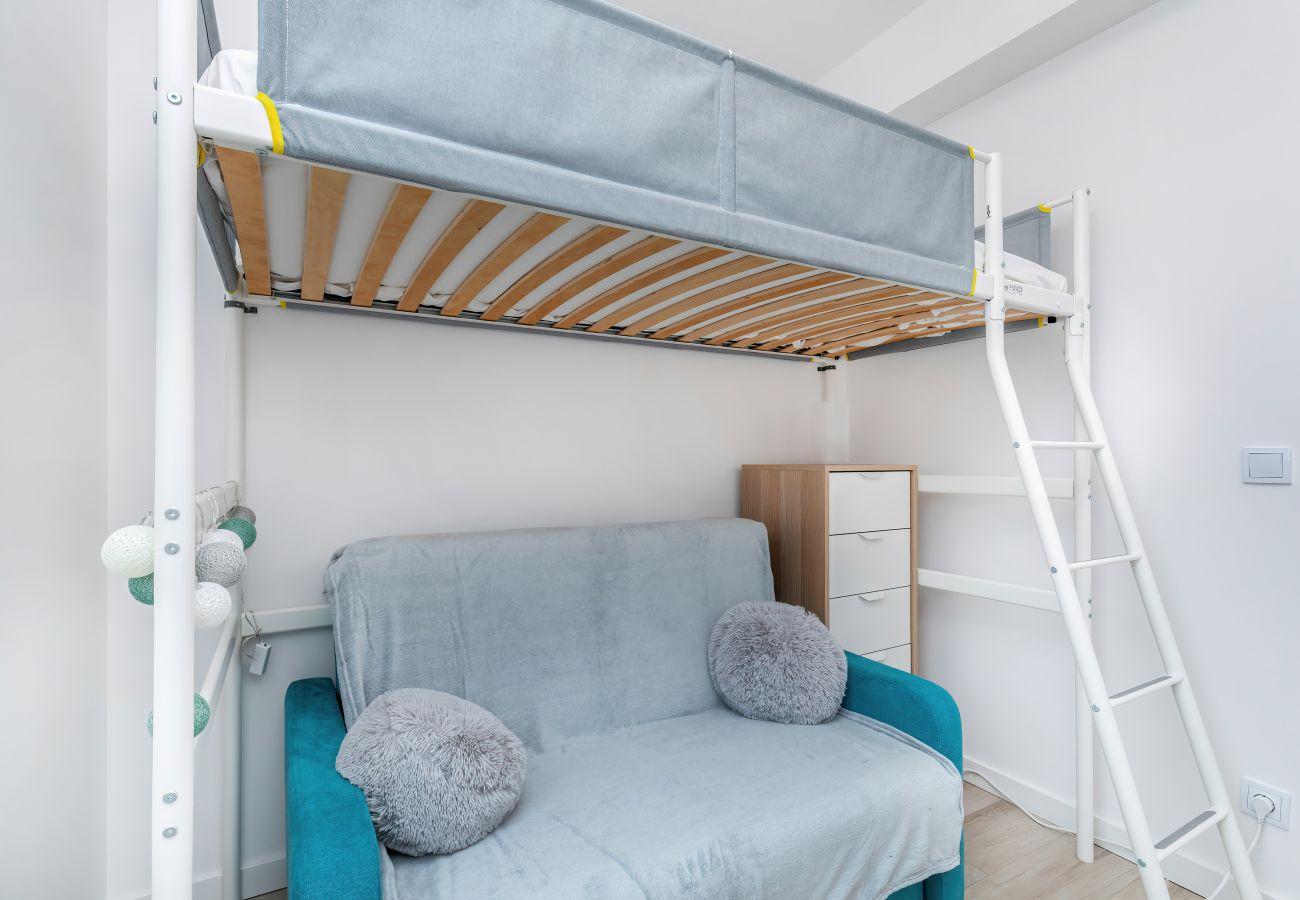 sypialnia, piętrowe łóżko, sofa, pościel, poduszki, mieszkanie, wnętrze, wynajem, apartament