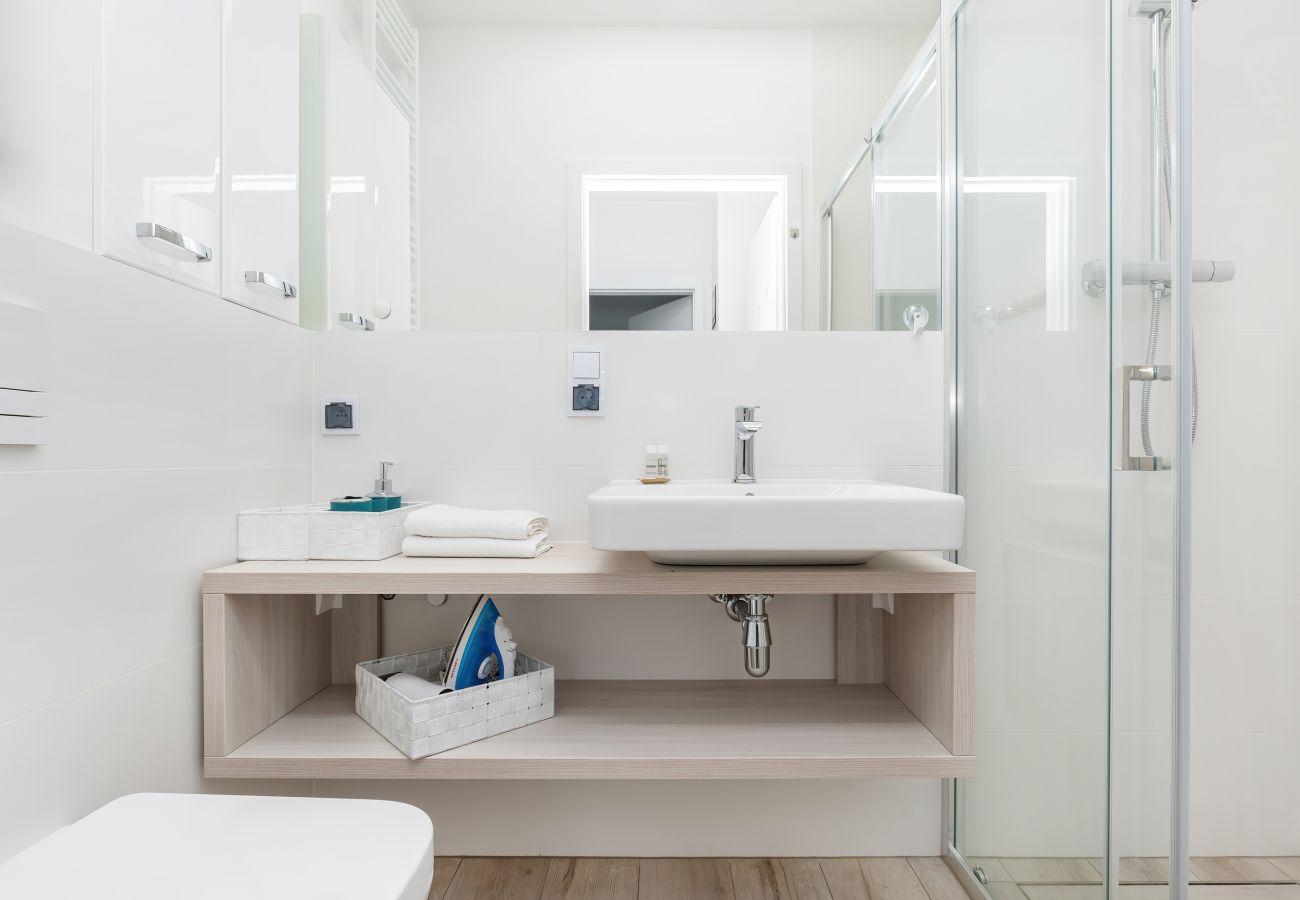 łazienka, prysznic, umywalka, toaleta, lustro, ręczniki, mieszkanie, wnętrze, wynajem, apartament