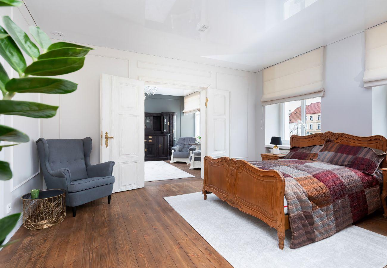apartament, wynajem, sypialnia, łóżko podwójne, pościel, szafa, wnętrze